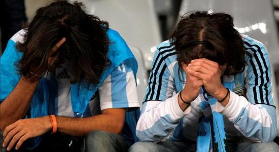 aficionados-argentinos-se-lamentan-de-la-derrota-de-su-selección-tras-el-partido-Argentina-Alemania-de-cuartos-de-final-del-Mundial-de-Fútbol-de-Sudáfrica-EFE-OLIVER-WEIKEN