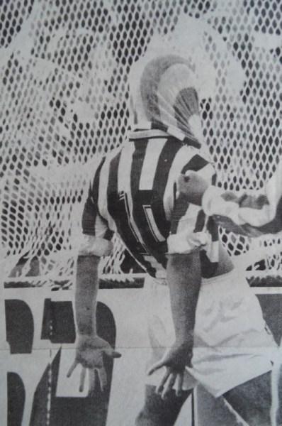 Betis-Compostela Liga 1995 Cuéllar celebra el gol Diario 16 20-3-1995