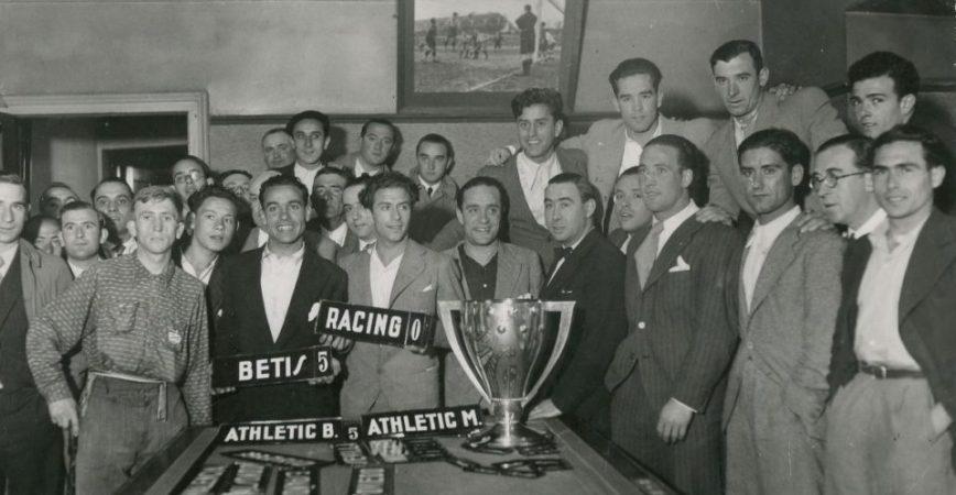 Hoy hace 86 años. El Betis recoge en Bilbao la Copa de Campeón de Liga.