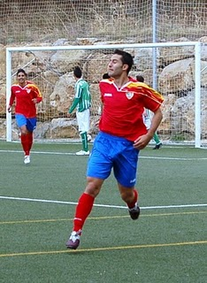 Eloy, celebrando el gol. (Foto: masdeportesestepona)