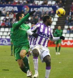 Lance de partido entre el Valladolid y el Betis en el Nuevo José Zorilla.