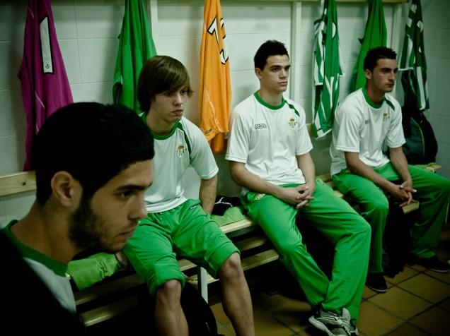 Los futbolistas atentos en la charla técnica (Carlos García, David Bau, Carlos Ávila y Titi)