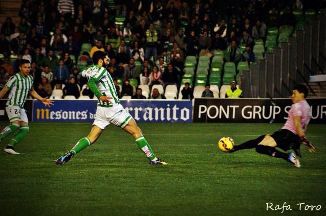 Jorge Molina encara al portero (Real Betis 2-1 Girona)