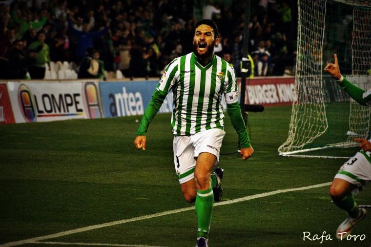 Molina celebrando uno de sus 77 goles con el Betis.