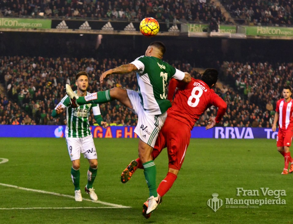 Vargas durante un lance (Betis-Sevilla 15/16)
