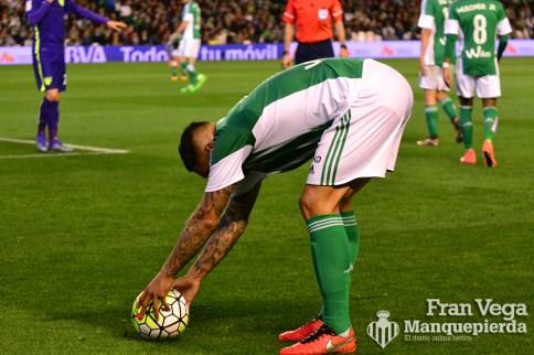 Vargas se prepara para lanzar una falta (Betis-Malaga 15-16)