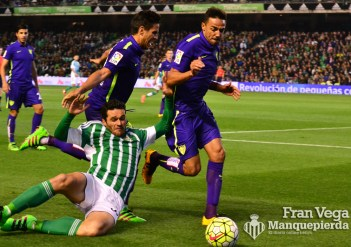 Molina recibe una falta (Betis-Malaga 15-16)
