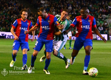 Joaquín sufre una entrada (Betis-Levante 15/16)