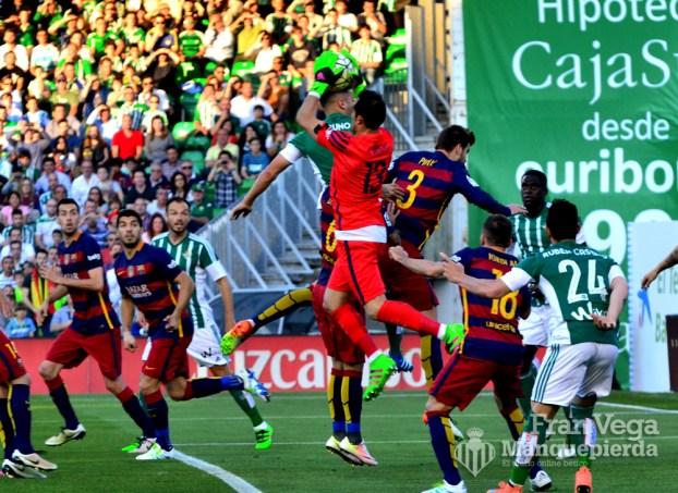 Le quitan a Bruno el balón de la cabeza (Betis-Barcelona 15/16)