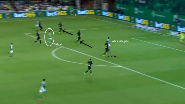 La incorporación de jugadores del Betis atrae las marcas del rival y Alegría lo aprovecha en el área.