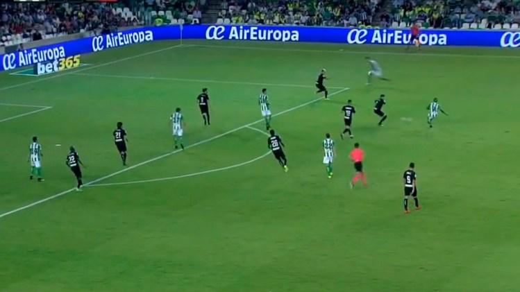 Hasta siete atacantes del Betis acechan en posiciones cercanas al área buscando el gol del empate.