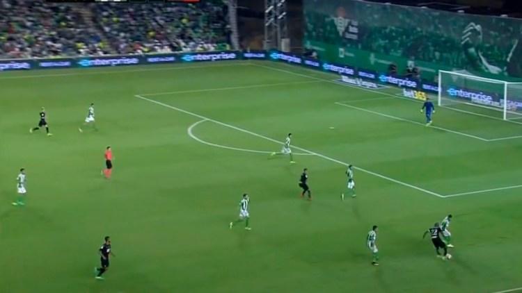 Rubén Castro trabaja en defensa durante un lance del partido. La defensa permaneció bien colocada en la segunda salvo acciones puntuales tras la desesperación por no encontrar el gol de la victoria.