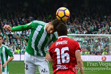 Piccini con Jovetic (Betis-Sevilla 16/17)