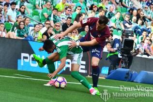 Fernando Navarro en defensa (Betis-Eibar 16/17)