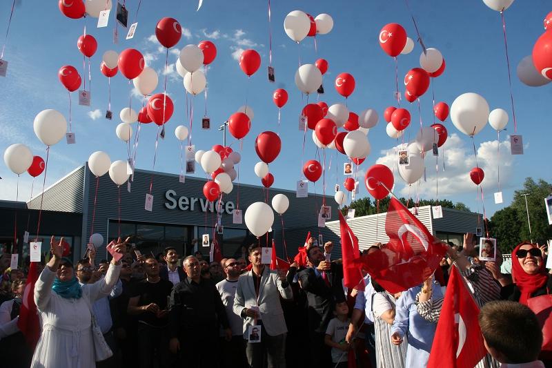 Rotterdam semalarına 15 Temmuz şehitleri anısına balonlar bırakıldı