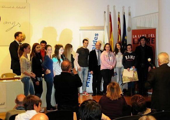 El grup Macedònia i Oriol Cruz comparteixen un emotiu acte amb les tres premiades i tot el públic assistent.