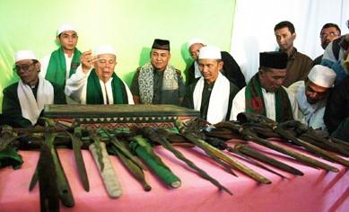 Gambar Ngalungsur-Pusaka yang terkait dengan upacara adat Jawa Barat