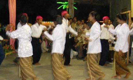 Gambar terkait judul tarian adat Maluku yang menarik mata pengunjung