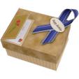 Papercraft imprimible y recortable de una caja de regalo marrón. Manualidades a Raudales.