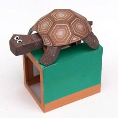 Papercraft de un autómata de una tortuga con movimiento.
