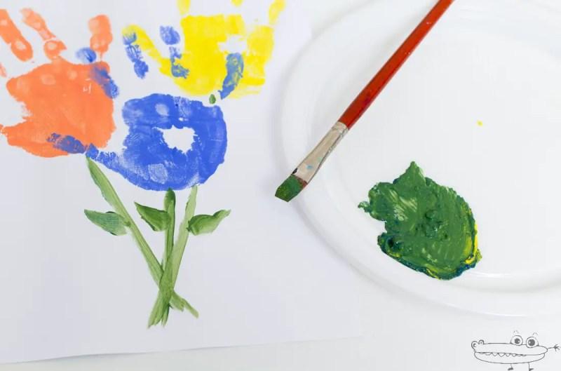 Ramo de flores con huellas de manos