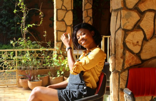 Salopette courte en jean et chemise jaune Blog Mode Togo Blogueuse Togolaise Shein Asos