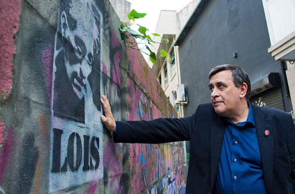 Xosé Manuel Pereiro junto a un grafitti de su hermano en Vigo, foto de Eli Regueira
