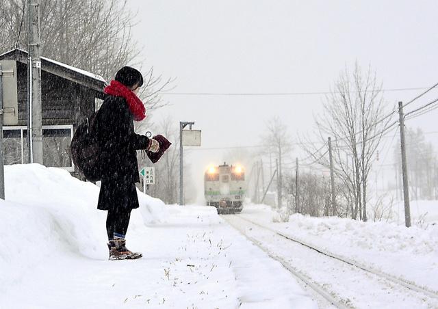 Kana Harada espera el tren que le lleva al instituto de Engaru. Fotografía de Japan Railways obtenida en http://www.asahi.com/.