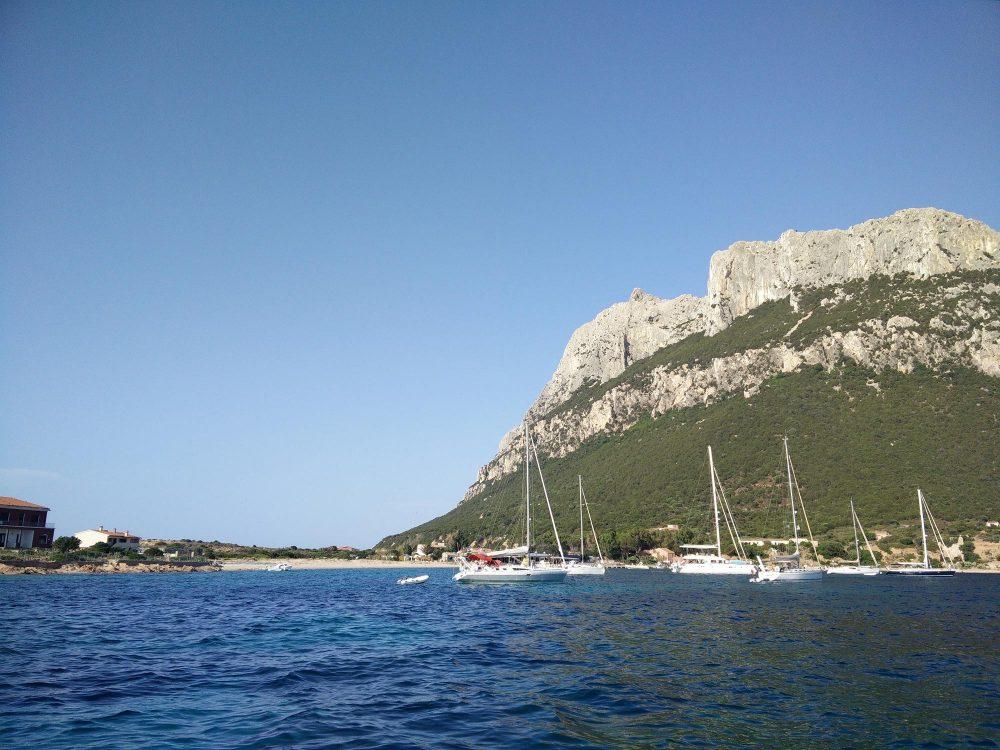 Mouillage paisible devant l'île de Tavolara en Sardaigne, avec une ravissante petite plage pour accoster.