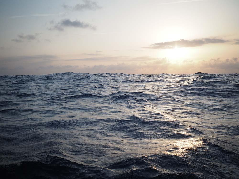 Le coucher de soleil sur la mer Méditerranée, entre la France et les îles Baléares.