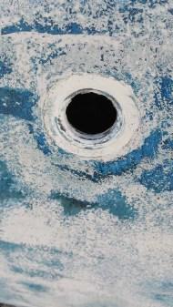 Trou dans la coque pour l'arrivée d'eau du dessalinisateur.