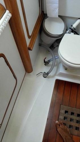 Entrée d'eau du dessalinisateur au niveau des toilettes arrières.