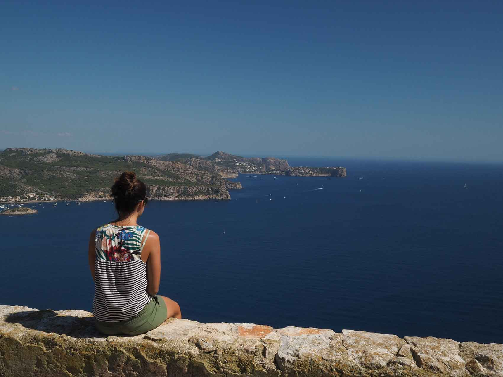 Anaïs face à la côte de Majorque, sur l'île Sa Dragonera.