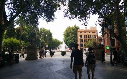 Thomas et Damien à Palma sur une des places principales de la ville.