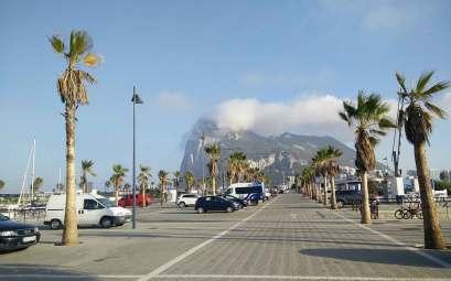 Le rocher de Gibraltar, vu depuis le port de la Linea de la Concepcion.