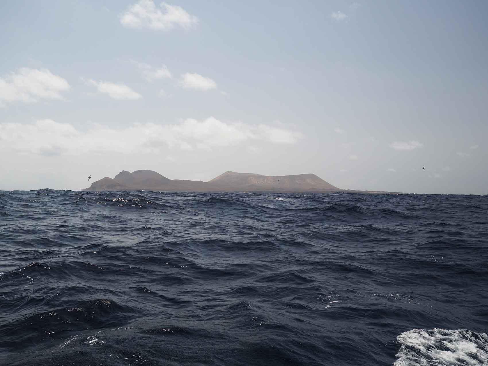 Arrivée aux îles Canaries, avec l'aperçu de l'île Alegranza, au nord de La Graciosa.
