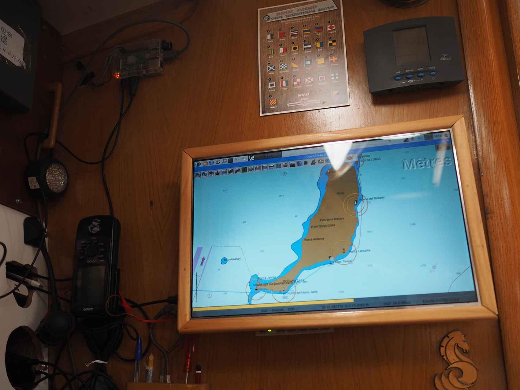 Ecran LCD encadré au dessus de la table à carte.