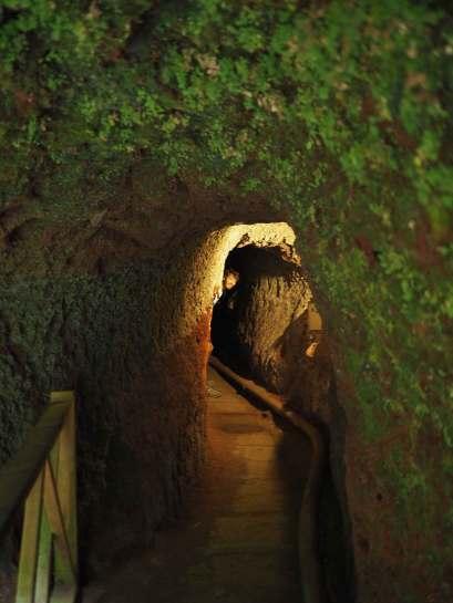 Damien dans un tunnel près de la cascade de Los Tilos.