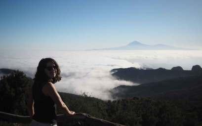 Anaïs face à Tenerife et au Teide, depuis el alto de Garajonay.