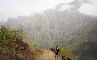 Randonnée sur l'île de Santo Antao, au Cap-Vert, au milieu de la végétation et des nuages.