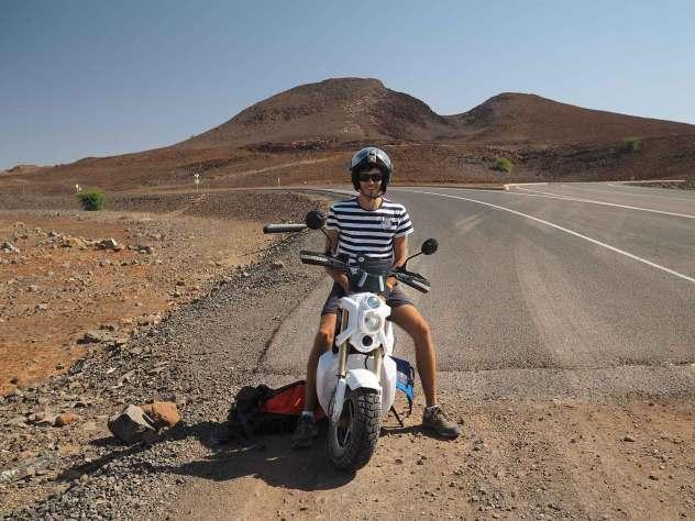Damien sur notre scooter de location sur les routes de Boa Vista.