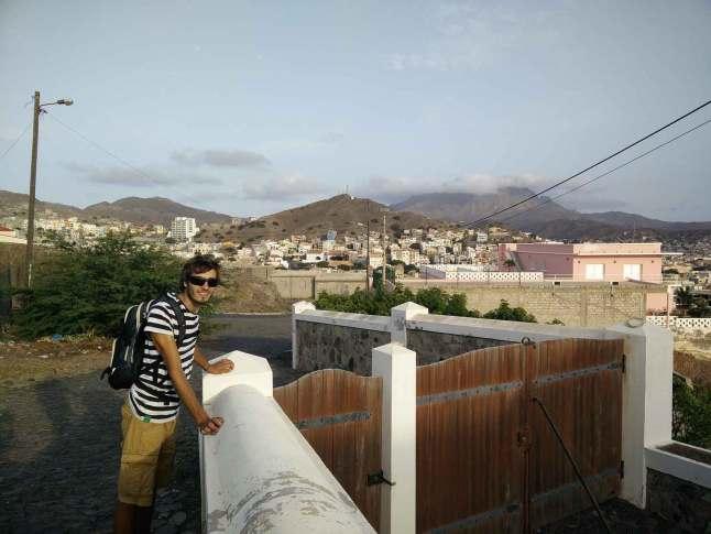 Promenade sur les hauteurs de la ville de Mindelo.