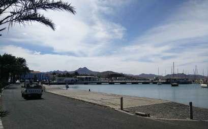 Le bord de mer et l'accès à la marina de Mindelo.
