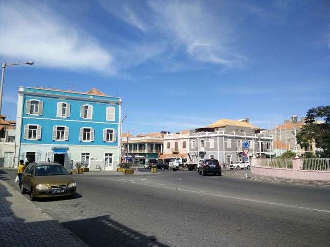 Une rue de Mindelo avec ses maisons colorées.