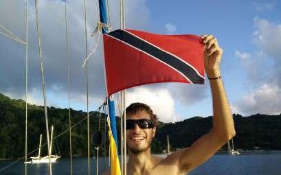 Damien hissant fièrement le pavillon de Tobago à notre arrivée sur l'île.