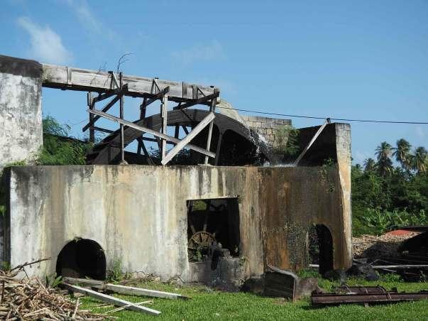Moulin à eau pour broyer les cannes à sucre à la fabrique de rhum Rivers.