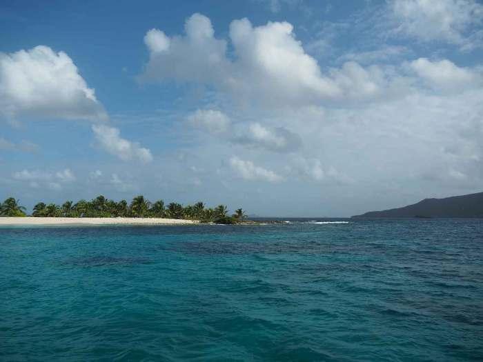 Plage de sable blanc et cocotiers de Sandy Island.