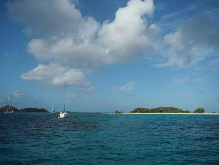 L'île de Sandy Island et son mouillage sur bouées.