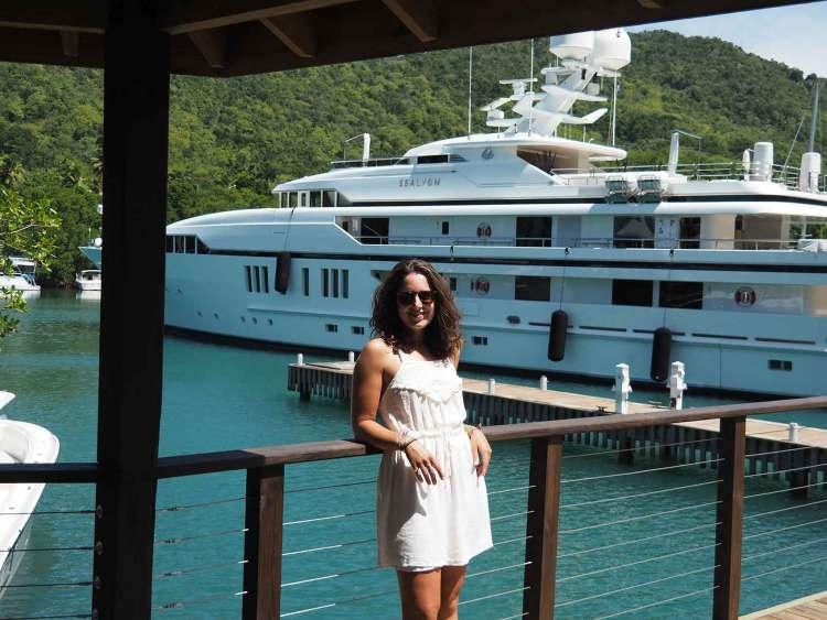 Anaïs devant un yacht à Marigot Bay sur Sainte Lucie.