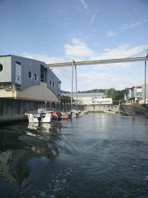 Accès par annexe à la zone industrielle près du carénage du Marin.